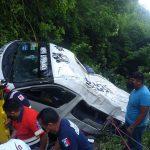 Cae urvan de pasajeros a un barranco, en Chilpancingo; un muerto y 15 heridos